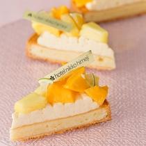 【ティーラウンジ・ファウンテン】ケーキ一例。夏らしいマンゴーを使った爽やかなケーキ。