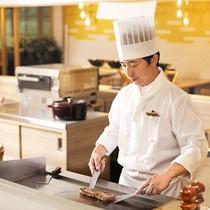 【ALL DAY DINING‐セリーナ】ライブキッチンでのパフォーマンスメニューも人気です。