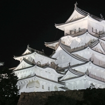 【姫路城】徒歩25分。夜間はライトアップされています。