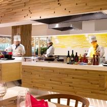 【セリーナ】中央のライブキッチンでは調理したてのお料理をご提供いたします。