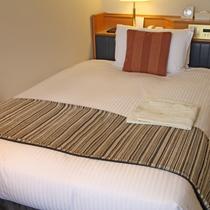 【コンフォートシングル】ベッド幅130cm、シモンズ社製のコイルマット使用。