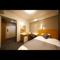 セミダブルルーム■15平米 ■ベッドサイズ1,200×1,950 ■内扉が新設され、プライベート空間
