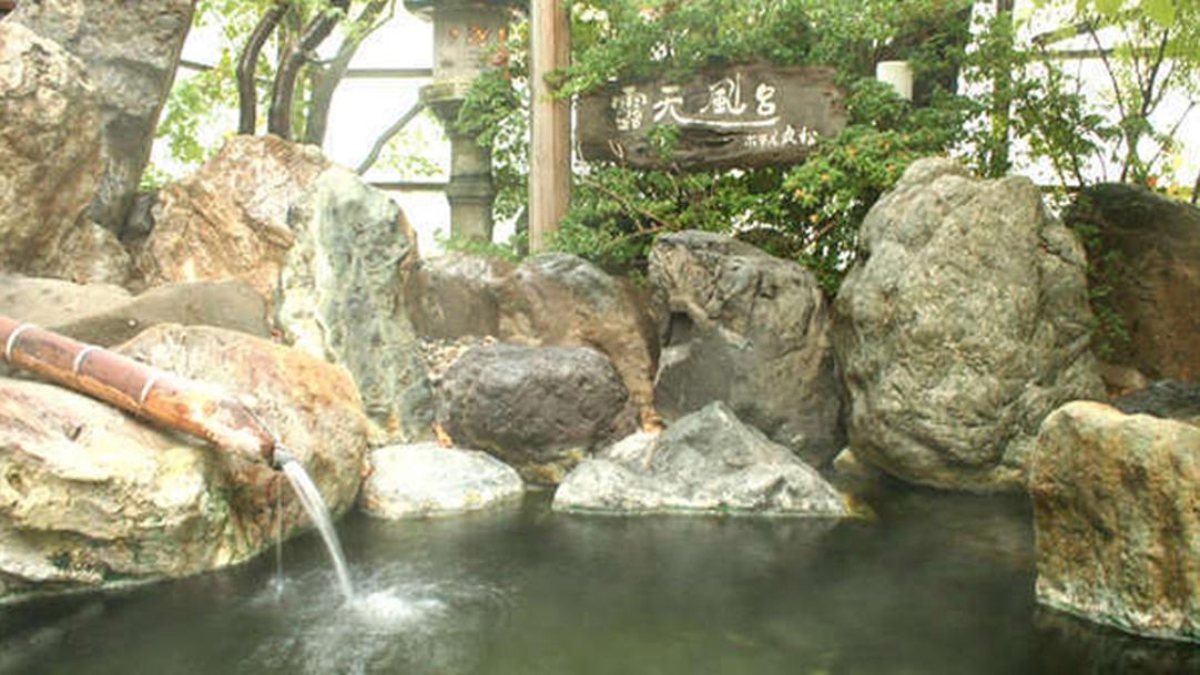 *温泉(露天風呂)/景勝・阿賀野川沿いに位置する咲花温泉は、湯量豊富な温泉で美肌効果も抜群です。