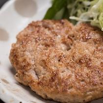 *夕食(ハンバーグ)一例/お子様も喜ぶハンバーグ♪肉汁たっぷり!