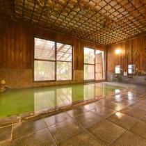 ◎温泉(正鬼の湯)一例/エメラルドグリーンのお湯の色と浴室内の木や天井との雰囲気が印象的!