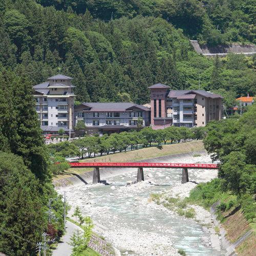 ホテルの横を流れる阿智川に架かる赤い橋