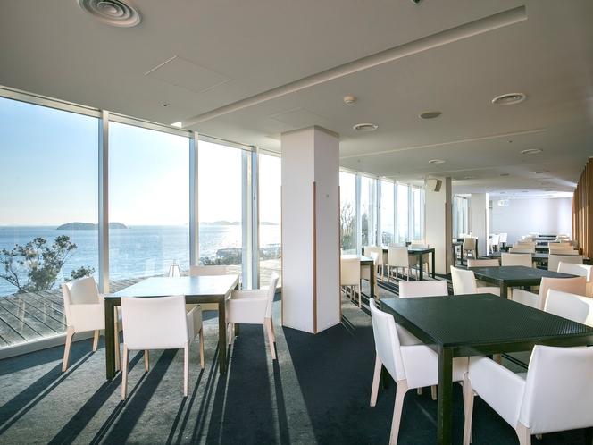 海を望むオープンキッチンレストラン