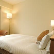 *シングル/落ち着いたトーンの客室。140cm幅ダブルベッドで広々とおくつろぎ下さい。