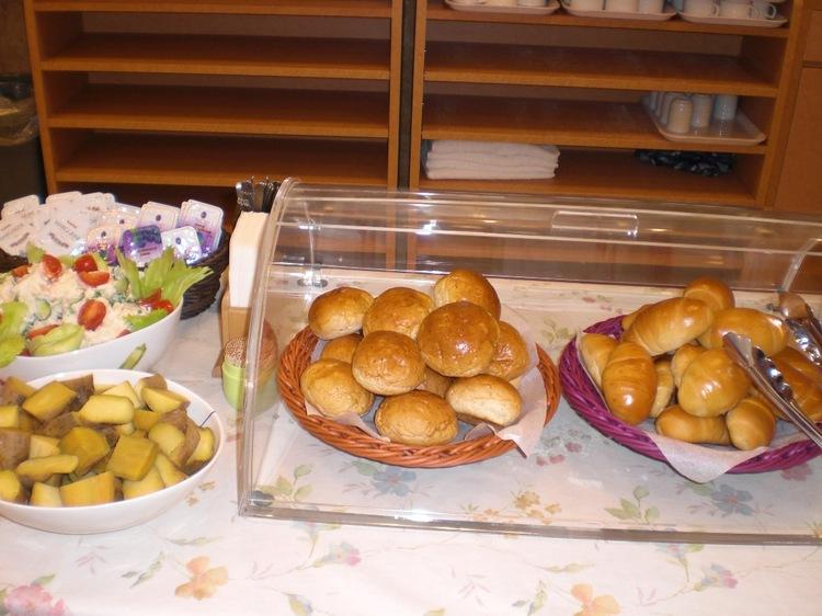 《無料》朝食パンとサラダ