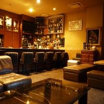 *館内「ラウンジくら」:お酒を楽しんだりのんびりお過ごしいただいたり…。大人のひと時をお過ごしくださ