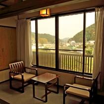 *和室10畳 広縁からの景色・静かな山あいの景色をお楽しみいただけます。