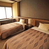 *和洋室 ベッドルーム、改築増設したベッドルームは落ち着いた色味の家具で統一。