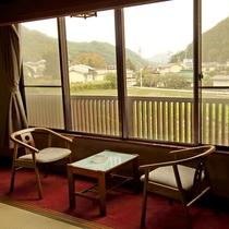 *和室15畳 広縁からの景色・静かな山あいの景色をお楽しみいただけます。