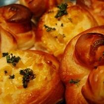 【ベーコンアンクール】ベーコンを巻き込んで上にマヨネースをのせたハート型のパン