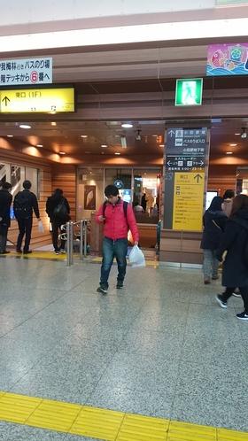 ②小田原駅東口ロータリー降り口エスカレーター