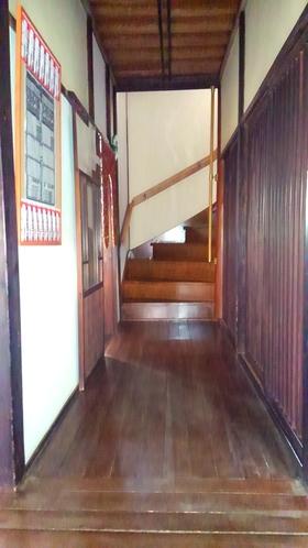 玄関より二階階段へ