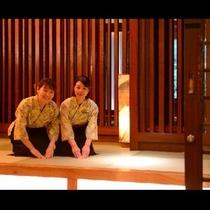 「会津の美味しいをたくさん召し上がってくださいね♪」ダイニングでは元気な仲居さん達がお出迎え!