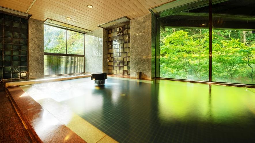 ■大浴場■東山温泉でも珍しい自家源泉保有の宿。美しい会津の春夏秋冬を眺めながら湯浴みを愉しむ。