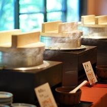 ■朝食イメージ■炊き立ての会津産コシヒカリ(白米、黒米、味めし)をご用意。お好みのものをお好きなだけ