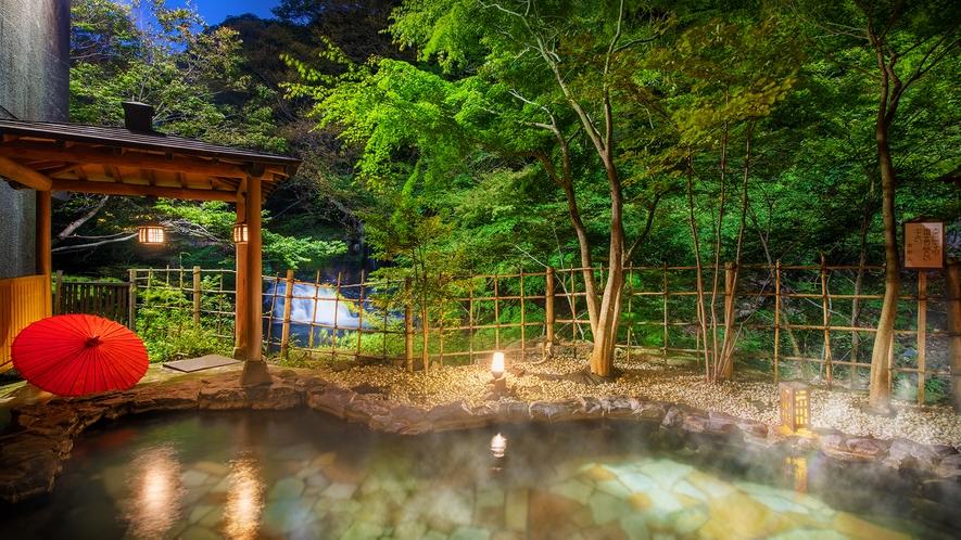 ■露天風呂■宿名の由来ともなった自然滝「原滝」を眺め、四季の絶景に心癒される。