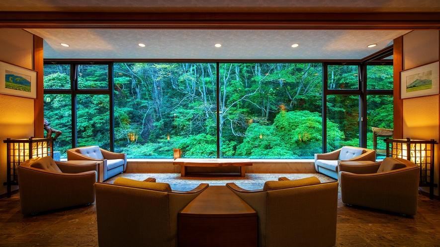 ■ロビー■大きな窓から広がる四季折々の渓谷の姿は、息をのむ美しさです。