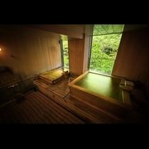"""貸切風呂:星見の湯*2つのヒバ風呂が並ぶ雪見の湯。1つは""""寝湯""""になっている"""