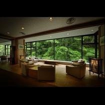 【四季の特等席】大きな窓のあるロビーでは季節の美景がお出迎え。ゆっくり珈琲を飲みながら…