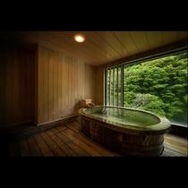 展望風呂付客室*自家源泉の温泉が掛け流される贅沢な客室風呂。誰も気にせずいつでも湯浴みできる至福