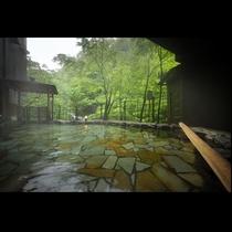 露天風呂(男性用)*贅沢に自家源泉掛け流しの温泉が楽しめる露天風呂!原滝と緑に包まれたお風呂