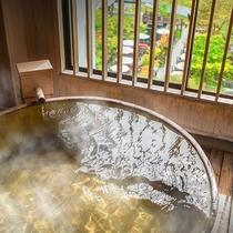 ■【渓谷側】展望檜風呂付客室■客室一例。自家源泉掛け流しの贅沢な客室風呂。