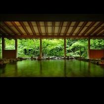 露天風呂(女性用)*贅沢に自家源泉掛け流しの温泉が楽しめる露天風呂!原滝と緑に包まれたお風呂