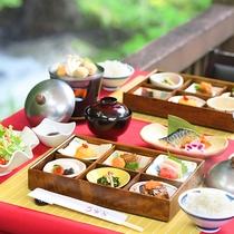 ■朝食イメージ■地鶏の厚焼き玉子や季節の地野菜を使った炊き物など優しい味わいのおかずが並ぶ和朝食。
