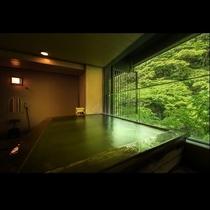 貸切風呂:雪見の湯*大きな湯船は香りの良いヒバ風呂。畳敷きタイプの貸切展望風呂