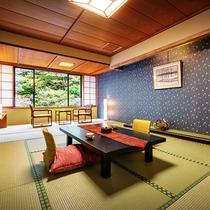 ■【渓谷側】和室10畳■目の前には渓谷、眼下には川のせせらぎ。会津の美しい四季の景観に癒されます。