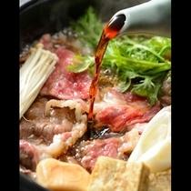 ■名物のすき焼き■厳選した福島県産牛肉の旨みを引立たせる特製の割下。香ばしい匂いが食欲をそそる