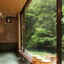 湯川の渓流を眺めながら湯浴みを愉しめる内湯