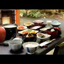 ■朝食■個室会食場からは湯川の渓流を眺めながら。会津食材にこだわった朝食をご用意