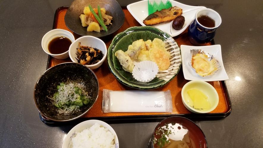 *【日替わり夕食(一例)】オーナー特製の家庭料理。