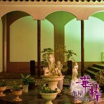 ライトアップされた、中庭パティオの休憩スペース。