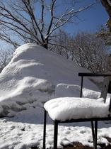 雪景色 雪の積もる椅子