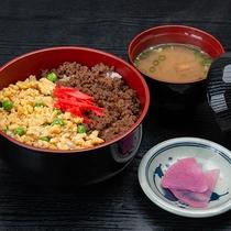 *ご夕食(一例) 牛肉そぼろの三色丼