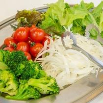 *ご朝食(一例) 色鮮やかな新鮮野菜は目覚めの食事にぴったり