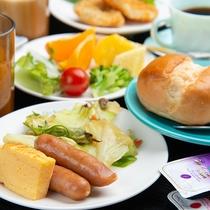 *ご朝食(一例) パン・ソーセージ・フルーツ・生野菜など