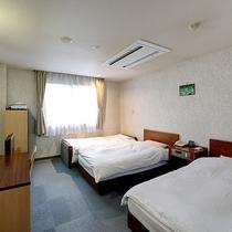 *ツインルーム/3名利用時(客室一例) ベッド2台+ソファベッド