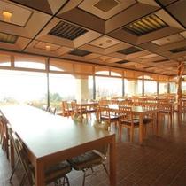 瀬戸内海をのぞむレストラン。晴れた日には、海に浮かぶ小島まで見えることも♪
