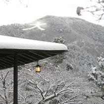 *冬の大文字焼き。白く染まりしっとりとした印象を与える、冬ならではの景色です。