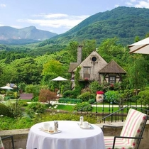 *箱根ガラスの森美術館 Cafeのテラス席ではガーデンを眺めながらゆったりとお茶をどうぞ