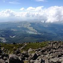 標高2530mの蓼科山山頂からの眺望は、雄大な山岳と白樺湖など大自然を一望できます。