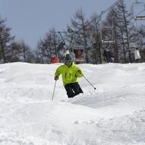晴天率80%!白樺国際スキー場のホワイトホースコースは中・上級者向け。コブの連続をお楽しみください。