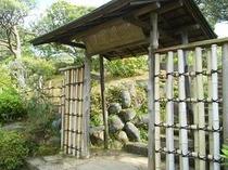 庭園内の風情ある冠木門